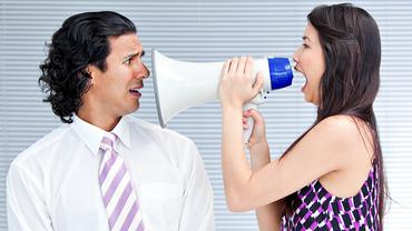 Frau mit Megafon macht ihrem Ärger Luft