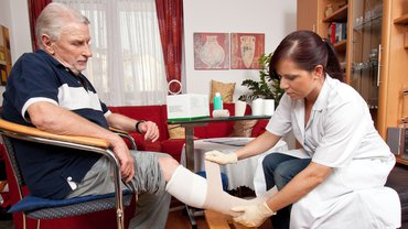 Pflege Frau Mann Wunde Verband Gesundheit soziale Arbeit