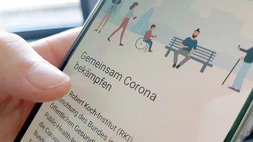 Bild von Handy mit Corona-App